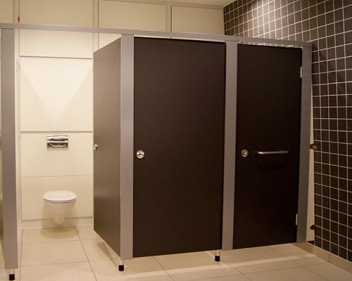 vach ngan toilet